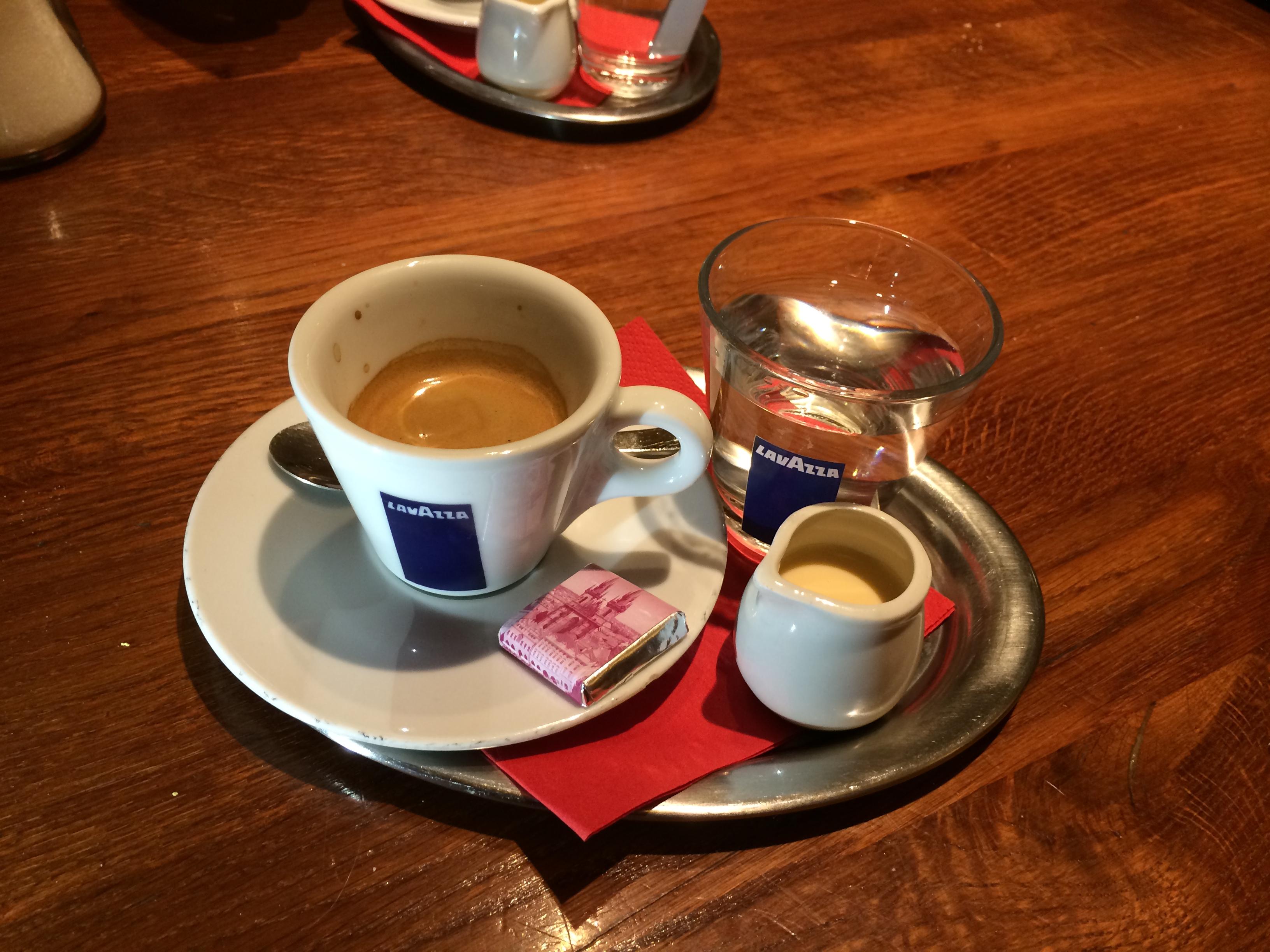 Caffè ristretto o piccolo in una kavarna a Praga.