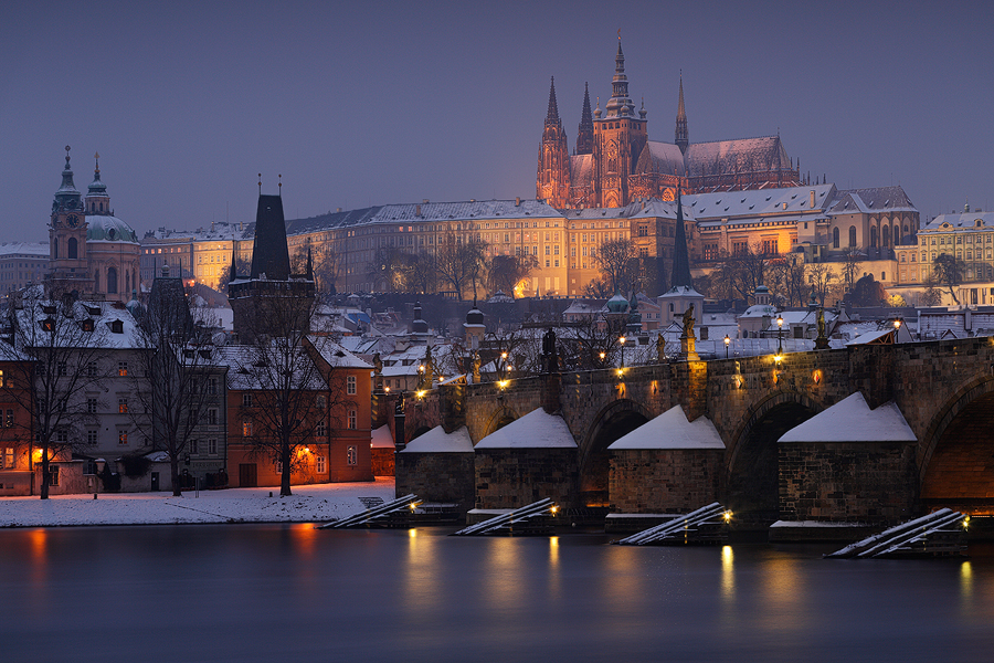 Il Castello di Praga e Ponte Carlo sotto la prima Neve.