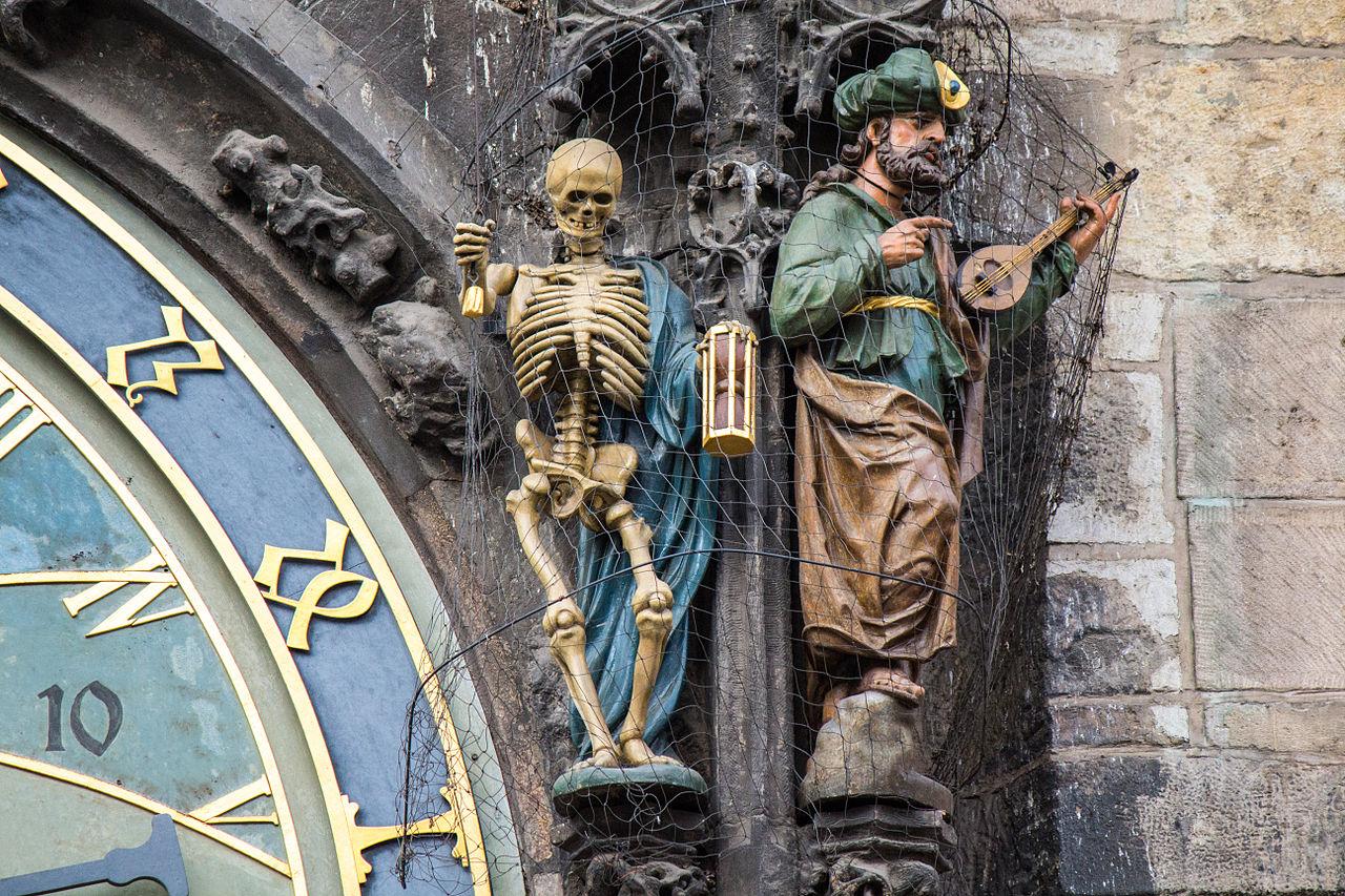 Meravigliose statue sull'Orologio Astronomico di Praga.