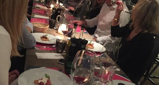 Un tavolo conviviale nella Bottega Tusarova.