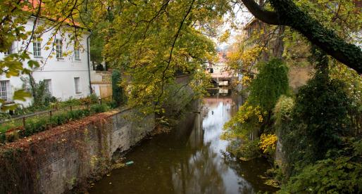 L'acqua scorre lenta nel fiume artificiale