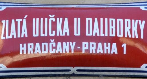 La targa rossa che indica tutte le strade di Praga